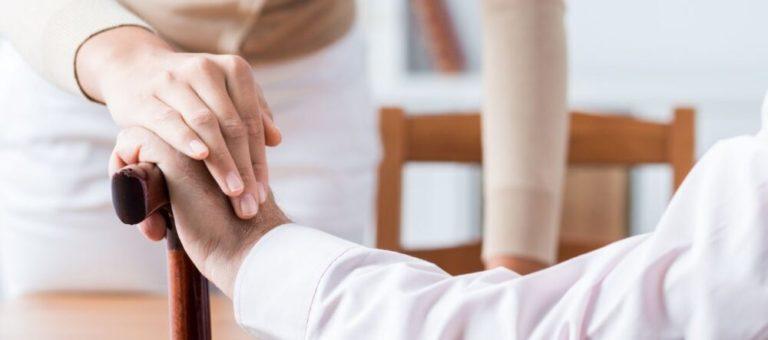 2 personnes se tiennent la main