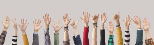 mains levées